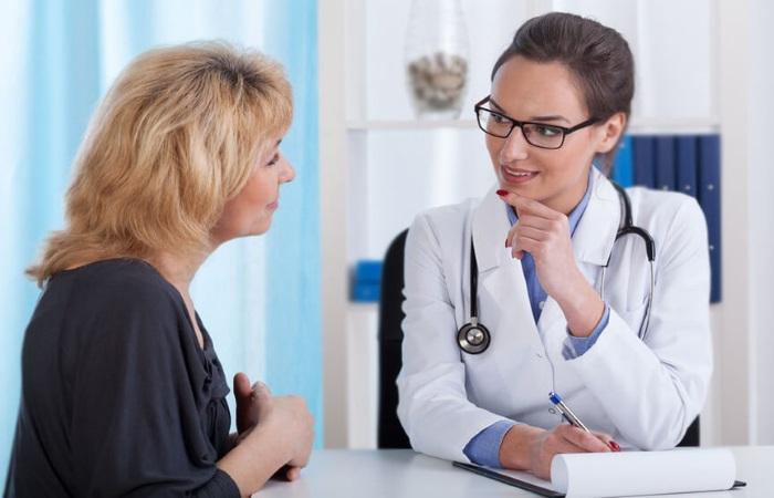 Женщина на консультации у гастроэнтеролога