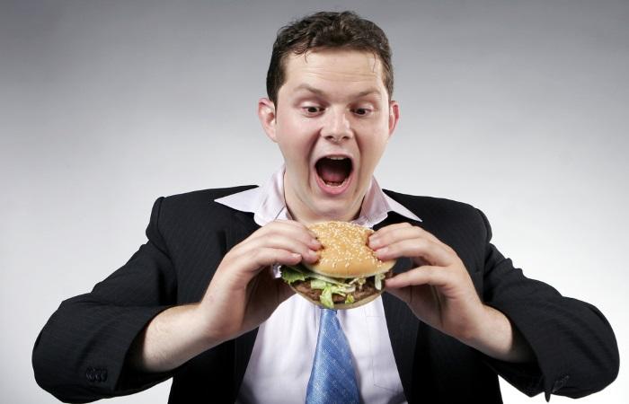 Переедание и еда на ходу могут спровоцировать появление лейкоплакии