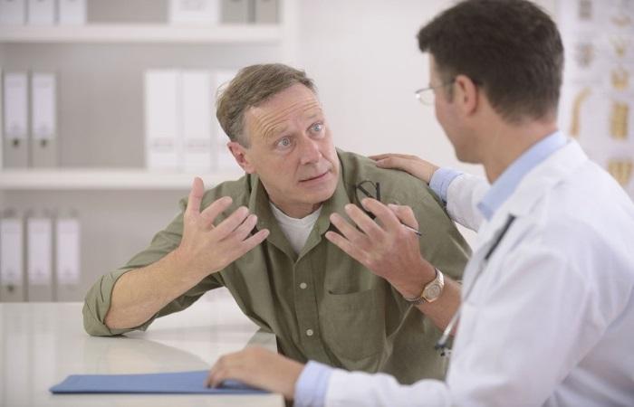 Пациент на консультации у врача по поводу папилломы пищевода