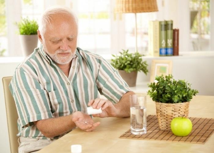 Мужчина принимает Домперидон перед едой