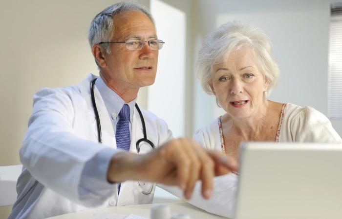 Больная с диафрагмальной грыжей на приеме у врача
