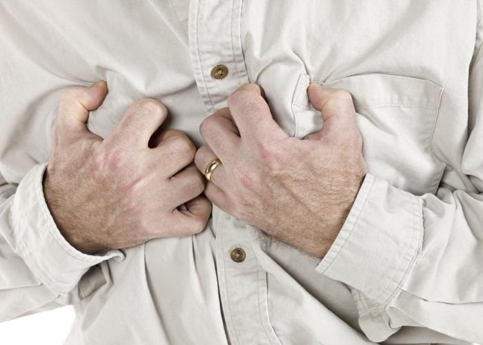 Боли могут возникать сразу после еды, при подъеме тяжестей
