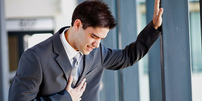 При пищеводном кровотечении возможно появление болей за грудиной