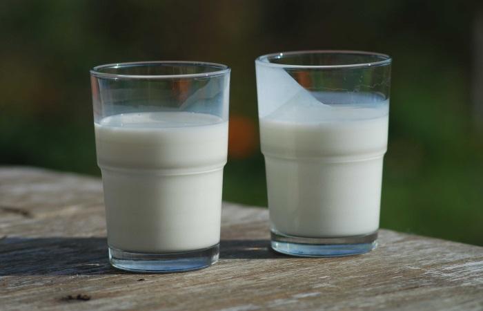По рекомендации врачей ежедневно можно пить не более 2 стаканов кефира