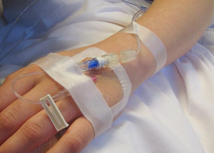 При выраженном нарушении глотания проводят парентеральное питание