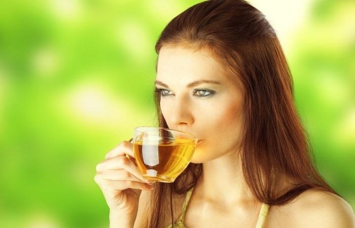Настой ромашки положительно влияет на желудочно-кишечный тракт