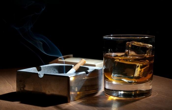 Большую роль в развитии заболевания играют курение и злоупотребление алкоголем