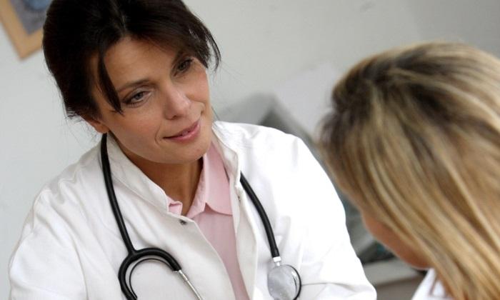 Женщина на приеме у врача по поводу отрыжки