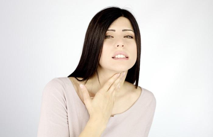 Женщина жалуется на чувство кома в горле