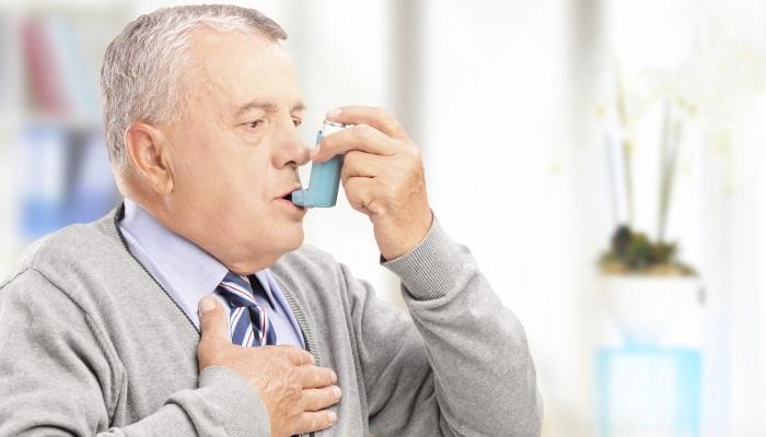У пожилого мужчины астма