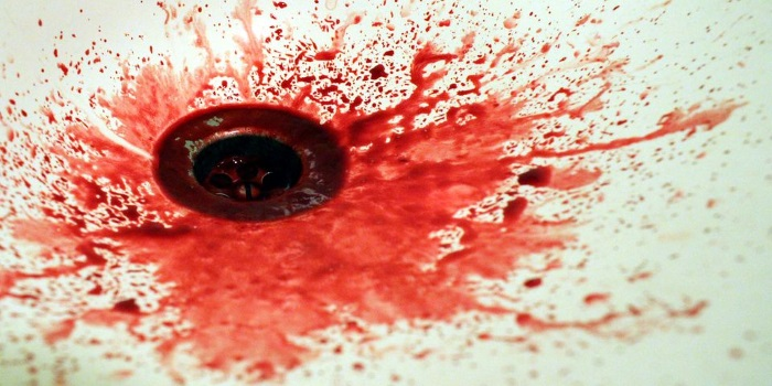 При появлении рвоты с примесью крови пациенту необходима срочная госпитализация