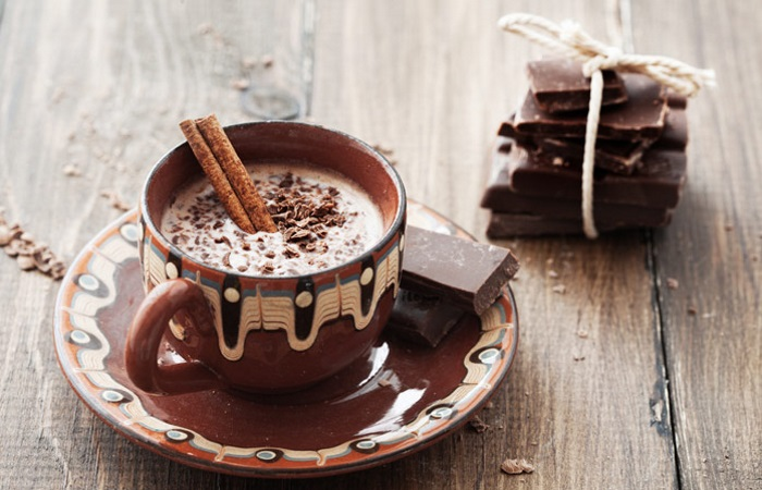 Чашка кофе и дольки шоколада