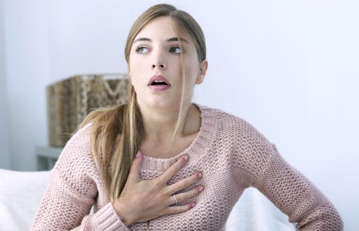 Молодая женщина испытывает изжогу
