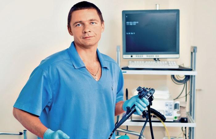 Доктор держит фиброгастроскоп