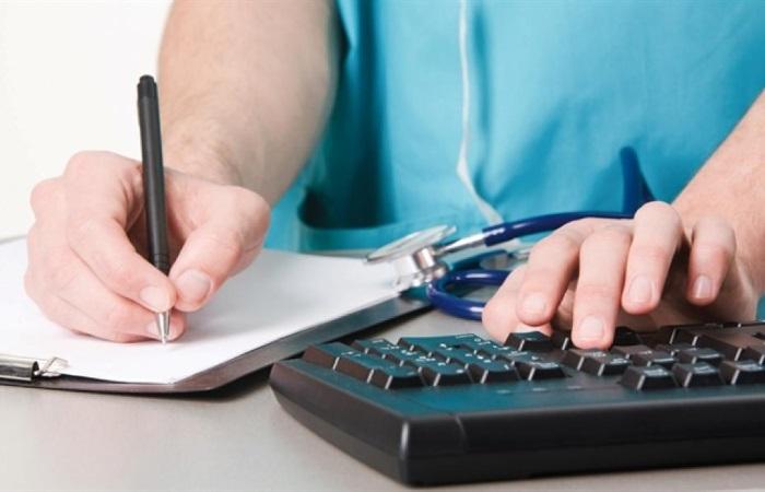 Гастроэнтеролог назначает лечение рефлюксной болезни