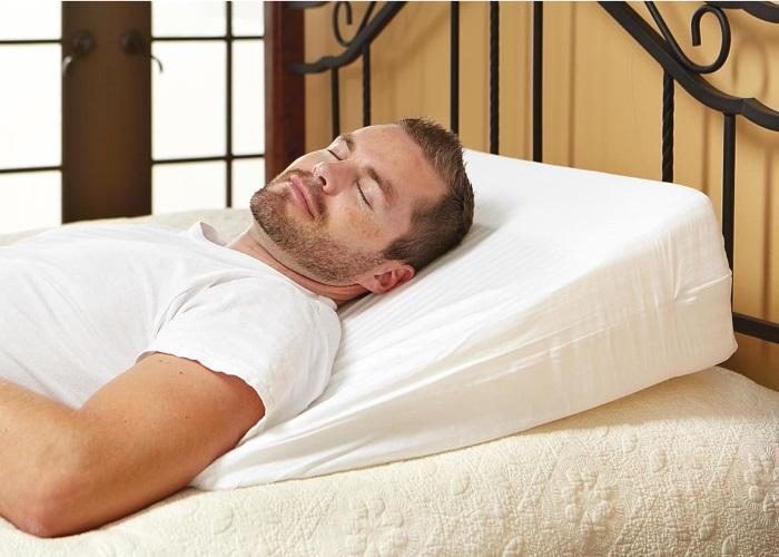 При ГЭРБ рекомендуется спать с приподнятым изголовьем