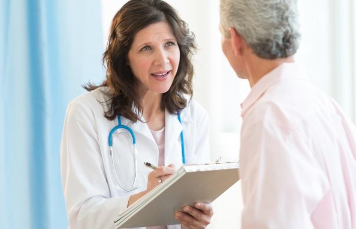 Гастроэнтеролог объясняет пациенту с ГЭРБ план лечения