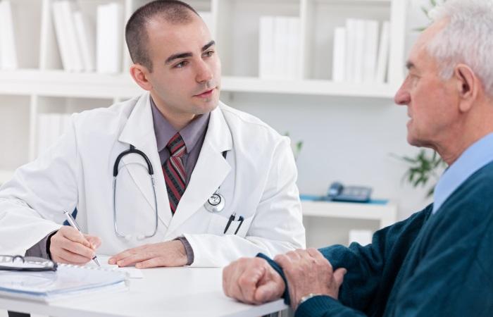 Перед назначением лечения врач выясняет, какие препараты пациент уже принимает