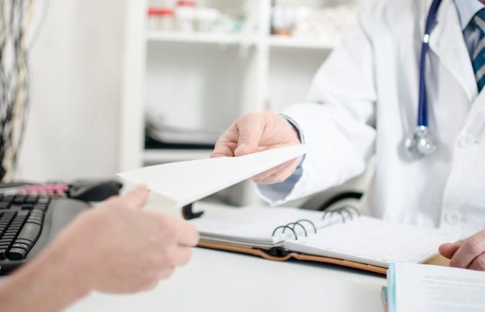 Врач дает пациенту рекомендации по лечению ГЭРБ